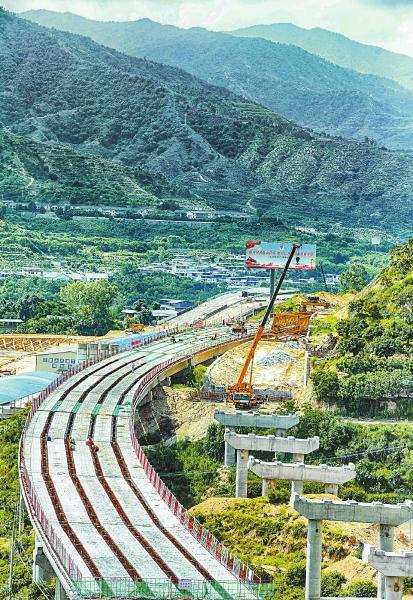 正在修建的攀(枝花)大(理)高速(四川境)公路,成为又一南向出川高速通道。本报记者何海洋摄