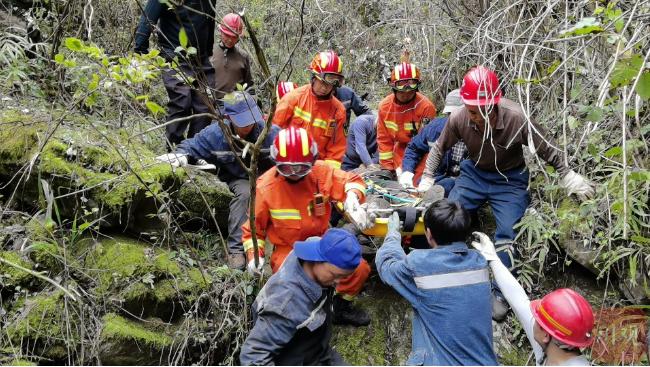 绵竹清平5人被困山谷 救援人员连续作战8小时全部救出