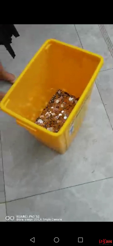 张某在领取补偿金时,公司拖来的硬币