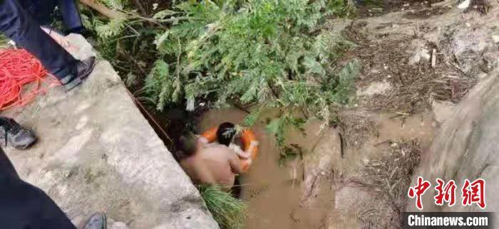 四川达州7岁小孩洪水中抱树1小时 派出所民警紧急救援