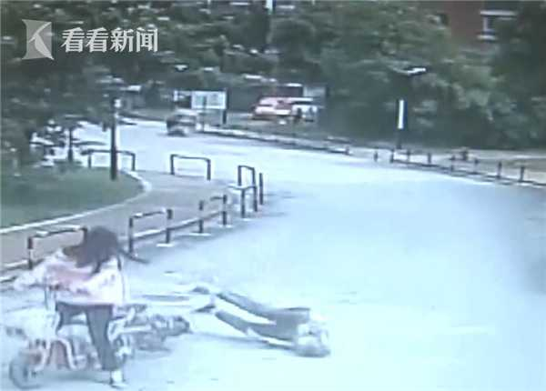 视频|女子骑车撞倒大妈 现场围观数分钟后竟然溜了