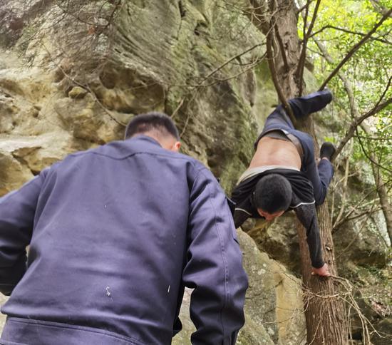 四川通江县一老汉爬山锻炼时不慎掉落山崖 倒挂于树枝上