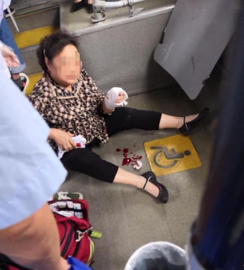 成都65路公交撞上桥墩 6名乘客轻伤