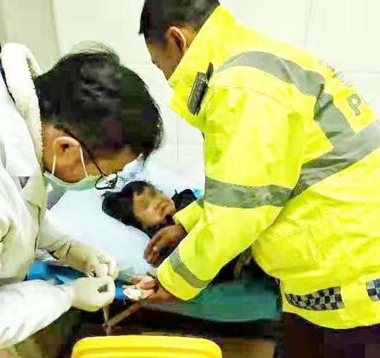 小女孩手指被货柜砸断 民警抱着孩子紧急送医