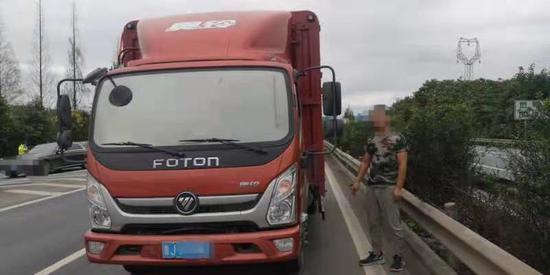 小轿车与货车相撞三人受伤 都是逆行掉头惹的祸