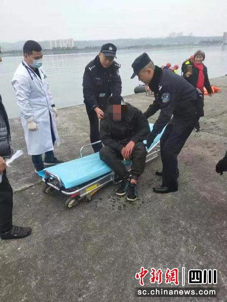 轻生男子被营救上岸。 城南公安分局提供