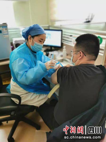成都市锦江区市民在接种新冠疫苗。锦江区疾控中心供图