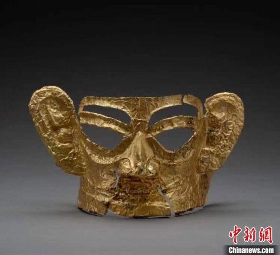 出土的完整金面具。 四川省文物考古研究院供图