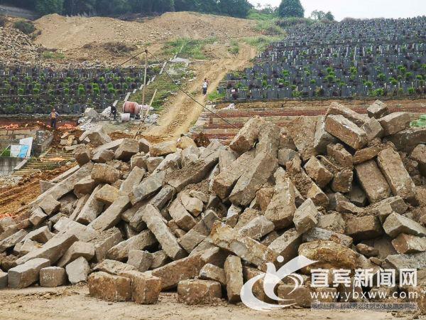 随意堆放的建筑石材。