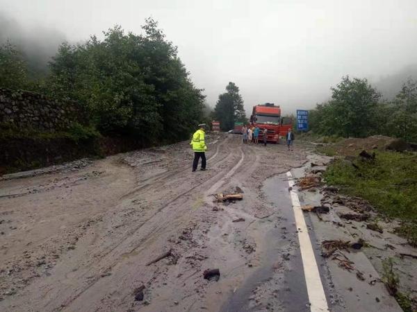 石棉遭暴雨袭击!栗子坪发生塌方泥石流 道路正在抢修