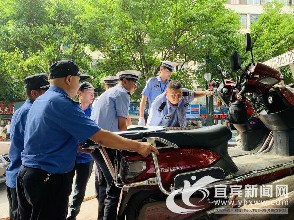 交警扣除违法车辆。(宜宾新闻网 潘一豪 摄)