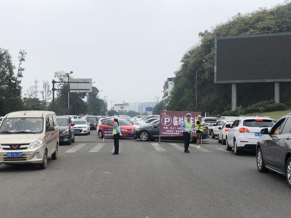 国庆期间李庄古镇日均车流超8000辆 宜宾交警全力保畅
