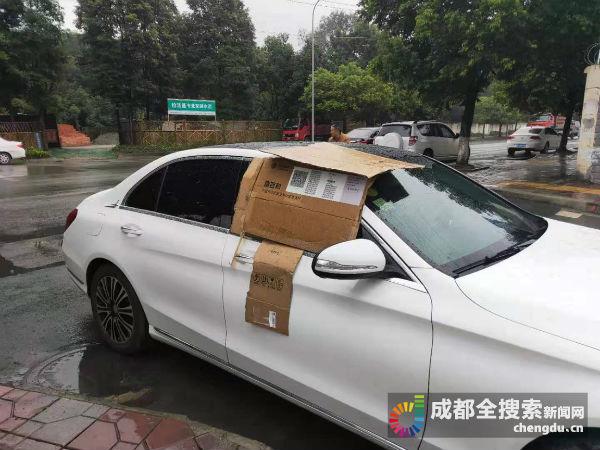 暖心!成都市民车停在路边忘关窗 路人帮他用纸箱挡雨