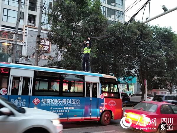 """半空举起电缆线 绵阳交警变身""""托举哥""""保道路安全"""