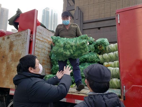 20小时昼夜驱车 7万公斤汶川感恩蔬菜运抵武汉分发到各医院