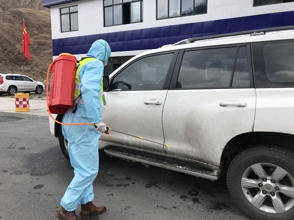 道孚县卡点对来往车辆进行消毒。 刘云 摄