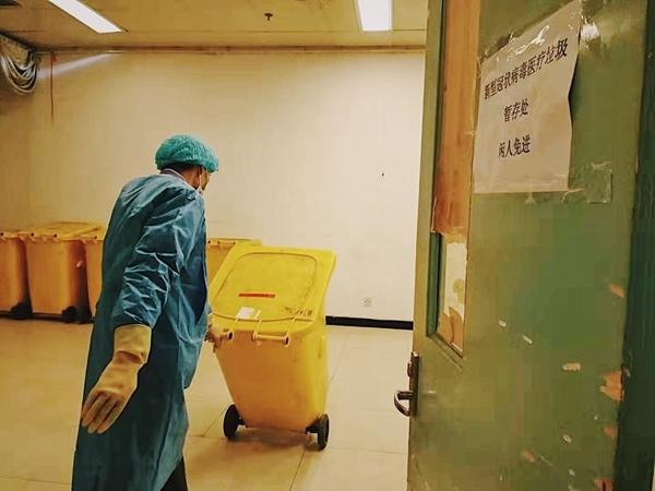 华西医院涉疫保洁队日常:每天14小时处理医疗废物