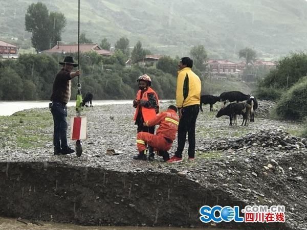 甘孜炉霍一河坝决堤3人被困孤岛 消防员用吊车救出
