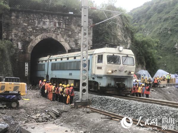 首趟货运列车86806次于13日12时15分安全通过灾害地段。成铁集团供图