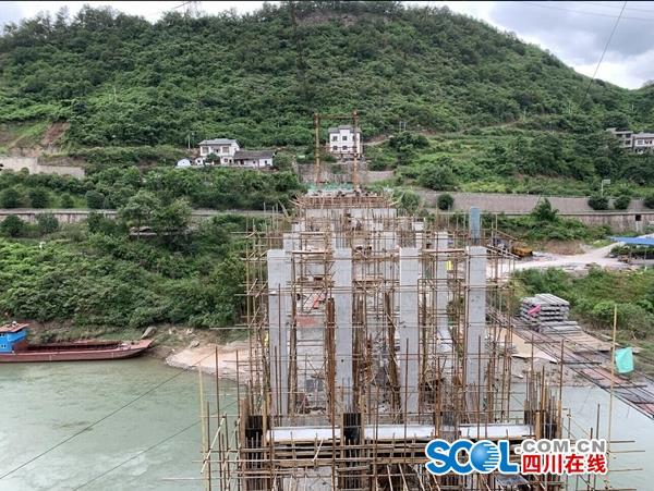 横跨于川黔两省的渡改桥,目前已完成70%的工程量。张其/摄