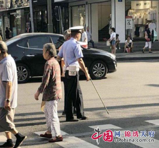 南充交警扶老人过马路