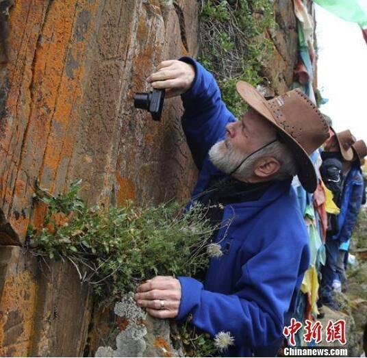 专家在石渠对岩画进行实地研究和考察。刁海瀚摄