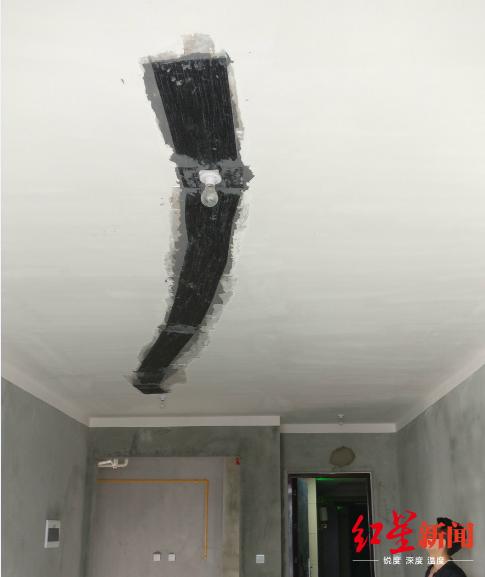 程先生家屋顶的修补痕迹