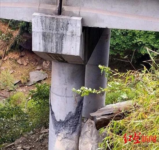 ↑桥墩被巨石击中。