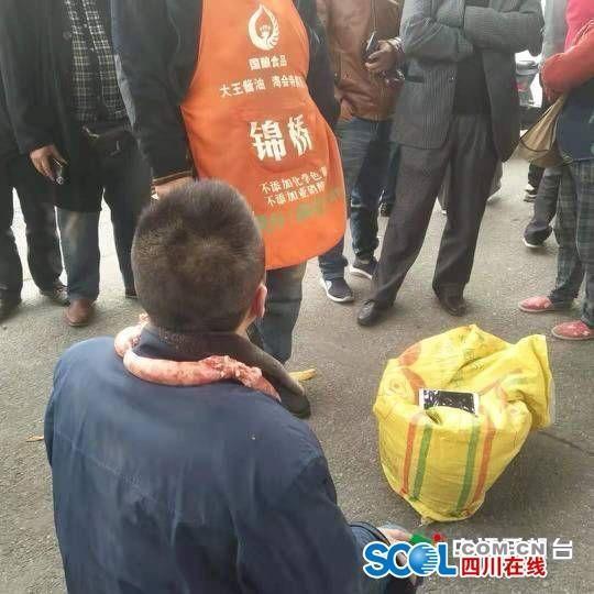 男子偷30斤香肠被抓后跪地求饶 脖子上还挂着一串