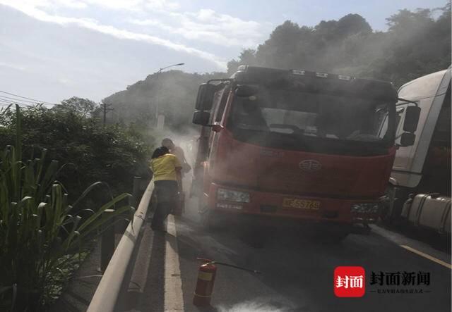 大货车在距加油站100米处起火 泸州加油站女工飞奔灭火成功