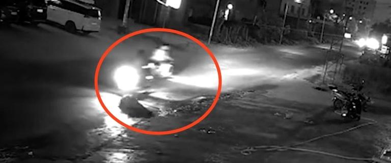 躺至路中央的老人,遭第二辆摩托车辗轧,驾驶员回头探望了一下后,并未下车处置,而是直行离开。 监控截图