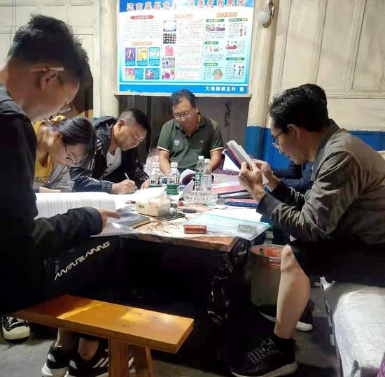 做人口普查工作,朱地图惹(左三)细心专注。