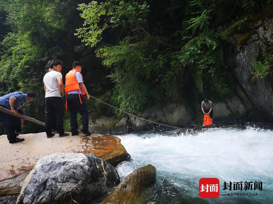 绵阳游客景区翻栏杆拍照掉下河 下游不远是5米高的瀑布
