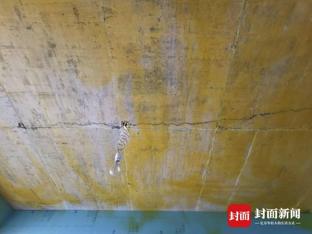 """四川眉山一新房楼板现6米长裂缝 楼上浇水房内""""下雨"""""""