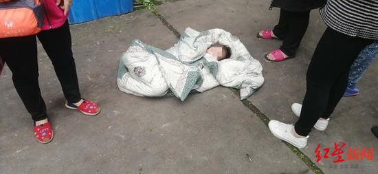3岁小女孩从4楼坠落 危急时刻警民携手用被子接住