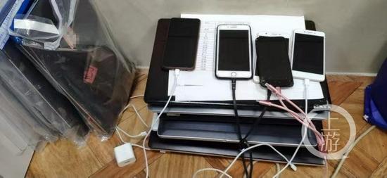 ▲警方在现场查获手机200余部、电脑60余台。图片来源/上海警方