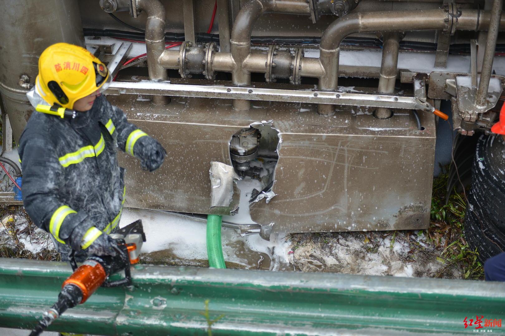 ↑油罐车因相撞侧翻泄漏,消防员正在现场救援
