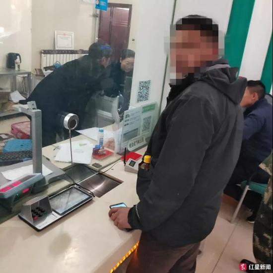 ▲民警协助当事人到银行将错转的钱转回