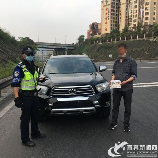在高速路上倒车的越野车被民警挡获。(高速交警 供图)