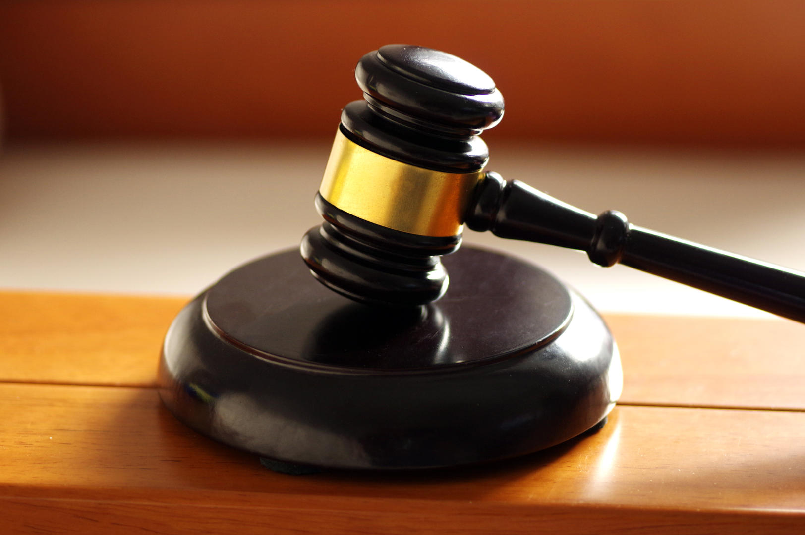 偷穿制服冒充国税局人员 男子以恋爱之名从女友处捞金被判刑