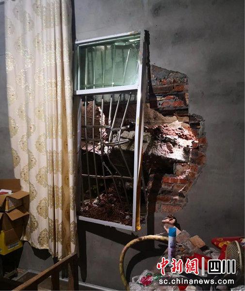 三台县石安镇长河村发生滑坡后受损的房屋。 绵阳市自然资源和规划局