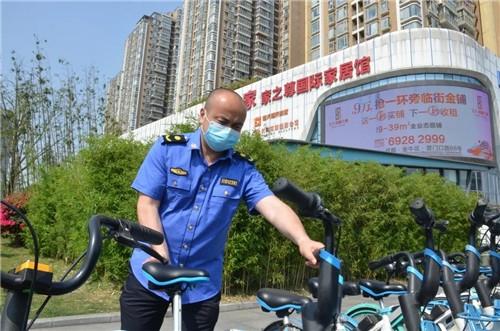 成国都管职员在街面规范共享单车摆放。成都市都市治理委员会供图