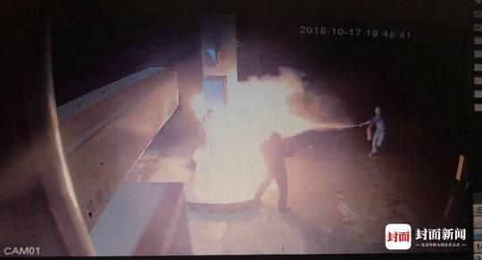 四川男子加油站敲砸点燃加油机 他提着灭火器冲上去