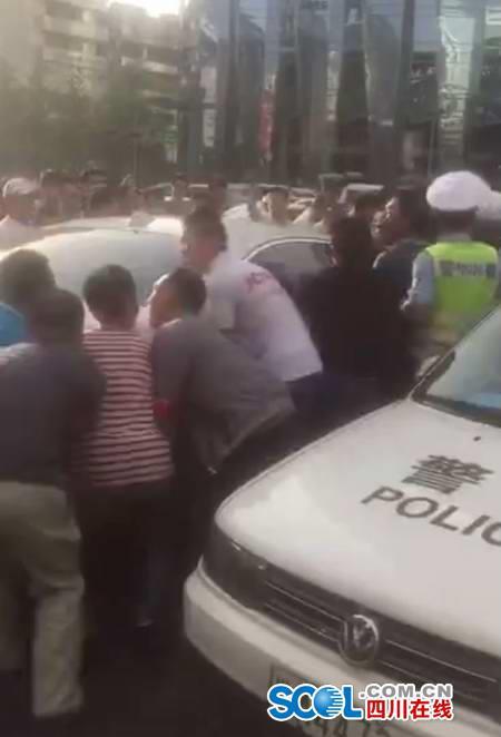 警民合力抬车救人。