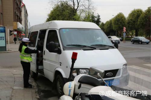 近郊游嗨晕了头 绵阳一辆准载6人小客车竟塞了15人