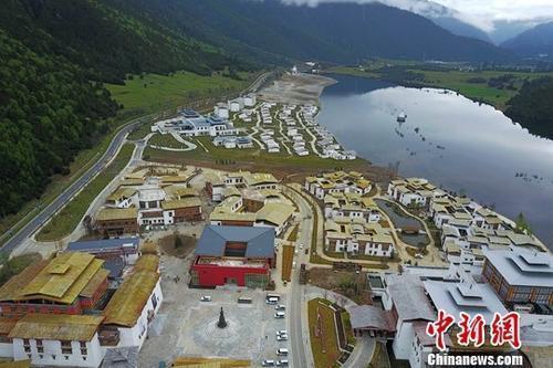 资料图:初夏的西藏?#31181;?#40065;朗小镇美?#32622;?#22850;。中新社记者 张浪 摄