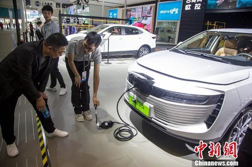 新能源汽车充电 图据中新网(图文无关)