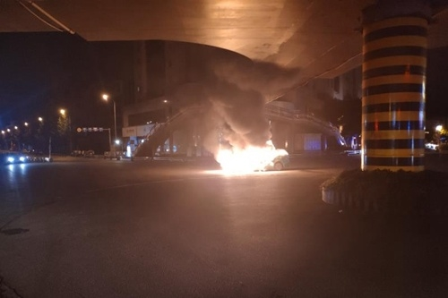 怪了!绵阳两车相撞起火 现场居然找不到驾驶员