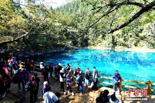 资料图为游客在五彩池景点参观。中新社记者 安源 摄