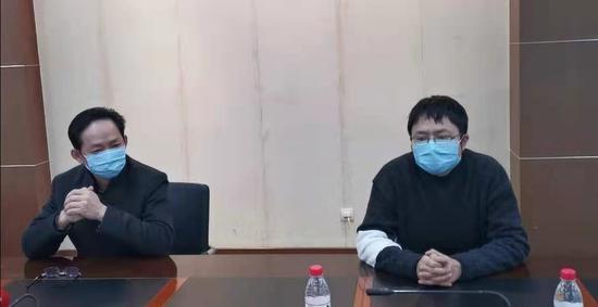 省疾控中心微生物检验所的所长、主任技师何树森(图左)和副所长、研究员潘明(图右)在接受记者采访。